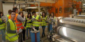 Gli alunni dell'Istituto San Zeno di Verona, accompagnati dai docenti Paolo Zaninelli e Mirko Salzani in visita alla Smurfit Kappa.