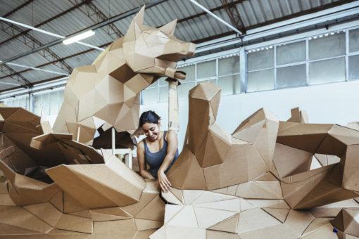 Lavorazione di Solidified di Emily Nelms Perez (installazione monumentale sita in piazza Anfiteatro). Cartasia   2014 © Guido Mencari www.gmencari.com.