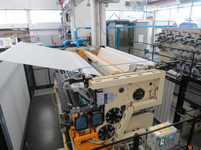 Omet e la tecnologia che offre sulle macchine dedicate alla produzione di tovaglioli, che spiccano per qualità di esecuzione e precisione. Ivi compresa la goffratura.