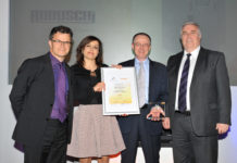 Premiazione dei Motion Control Industry Awards 2017: da sinistra Dominic Holland, presentatore dell'evento e speaker; Cristina Cavazzini, Robuschi Marketing Specialist; Stefano Pescina, Robuschi Product and Sales Manager; Alastair Johnstone, MD Bosch Rexroth.