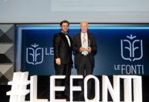 Il Presidente Valletti riceve il premio.